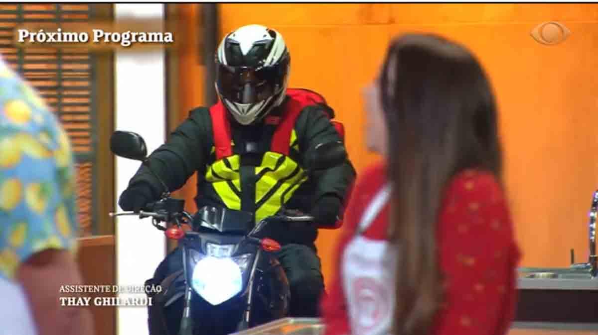 Motoqueiro entrega pizza no estúdio do MasterChef Brasil de hoje (22). Foto: reprodução TV Bandeirantes